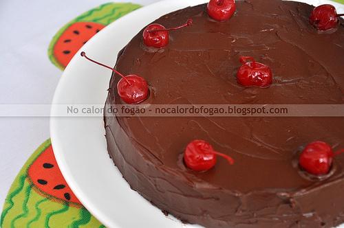 Bolo de chocolate, amêndoas e cerejas ao marasquino