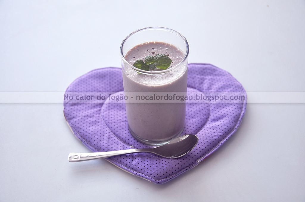 Mousse levinha de iogurte e geleia