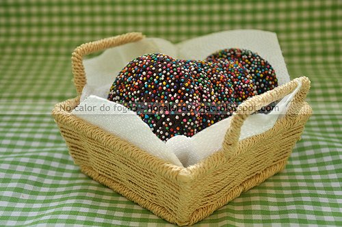 Cookies de chocolate e confeitos