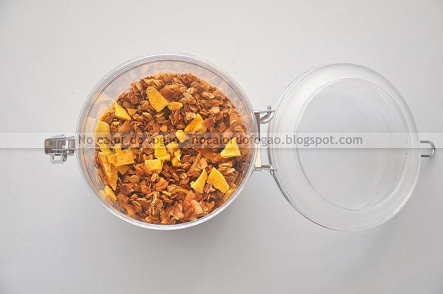 Granola tropical de manga, coco e castanha de caju
