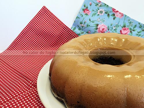 Bolo de chocolate com autocobertura de coco