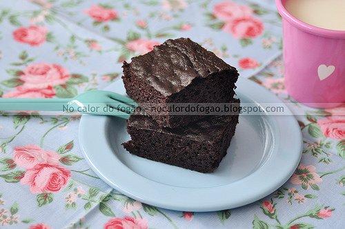 Bolo de chocolate adoçado com tâmaras e purê de maçã