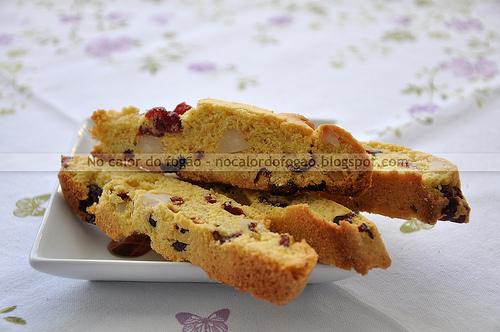 Biscotti de fubá, cranberries e macadâmias