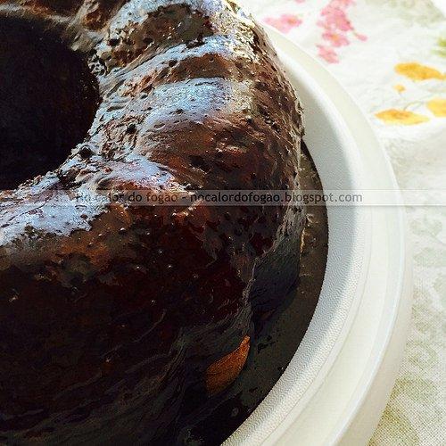 Bolo de agrião com cobertura de chocolate