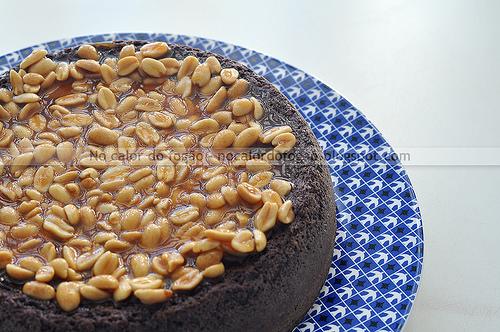 Bolo/brownie com cobertura de caramelo e amendoim
