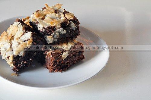 Brownies com cobertura de fitas de coco