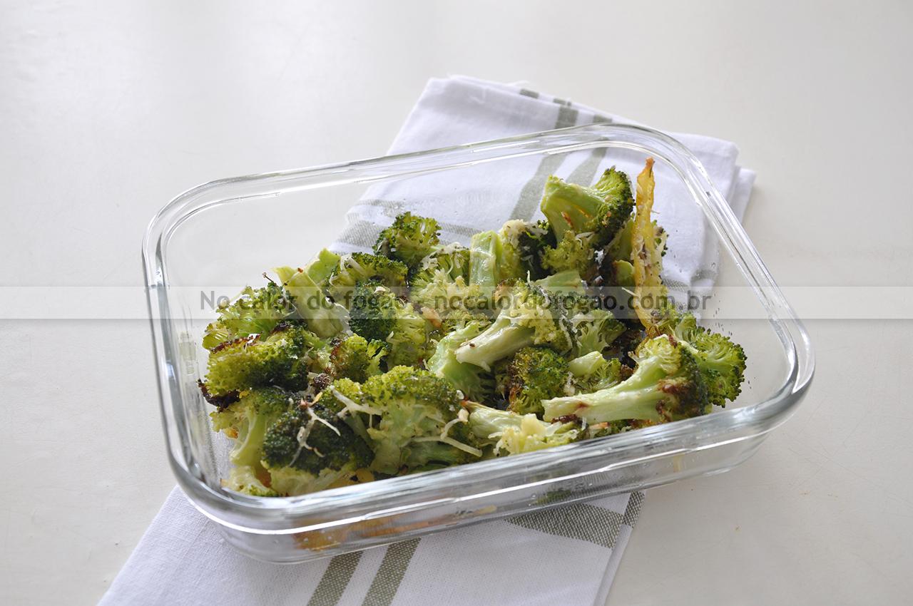 Brócolis assado com parmesão